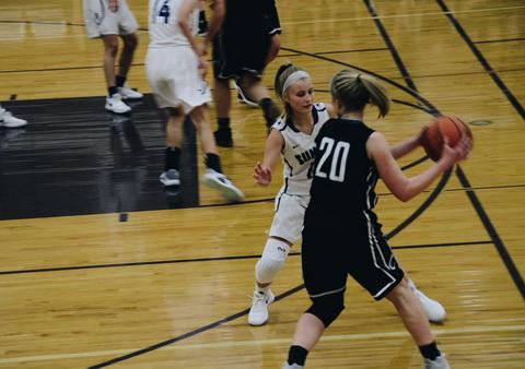 Dvi krepšinio žaidėjos