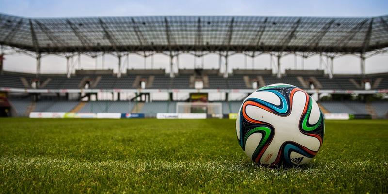 Futbolo kamuolys dideliame stadione
