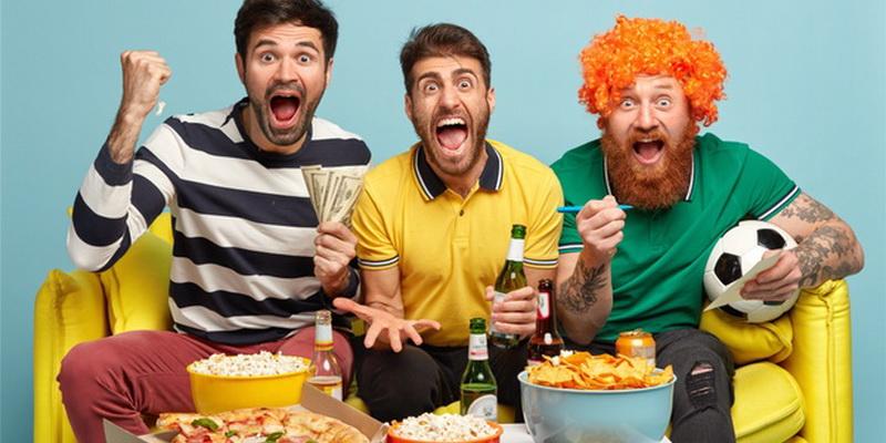 Geriausios lažybų bendrovės internete Lietuvoje - trys draugai stebi varžybas