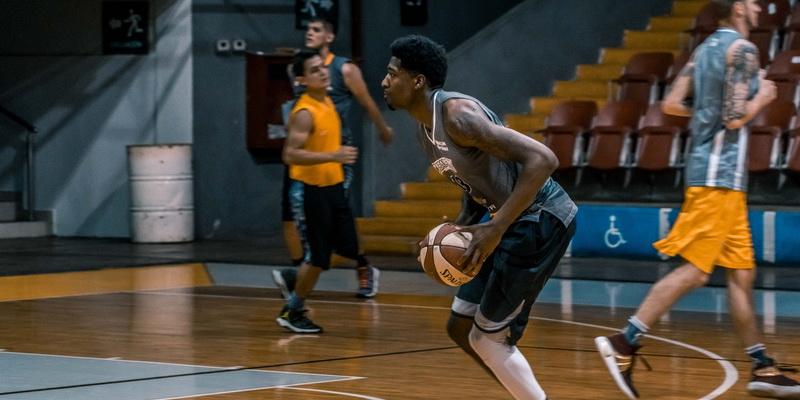 Žaidėjas laiko rankose kamuolį - NKL, NBA ir Eurolygos statymai
