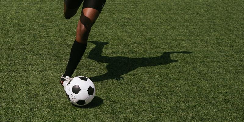 Žmogus spiria kamuolį - lažybos futbolas