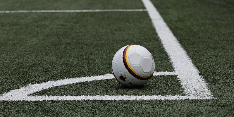 Futbolo kamuolys ant žemės